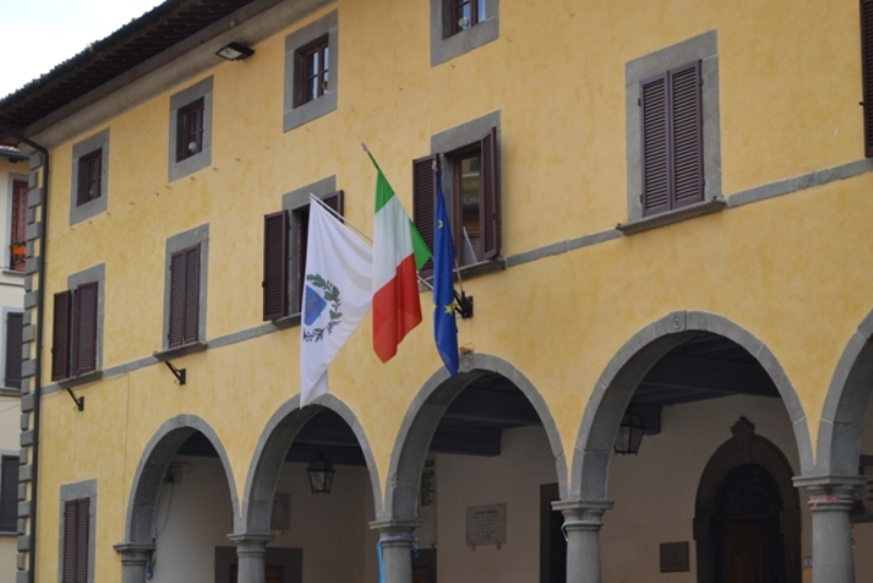castelfranco_di_sotto_municipio_bandiere_2019_07_03