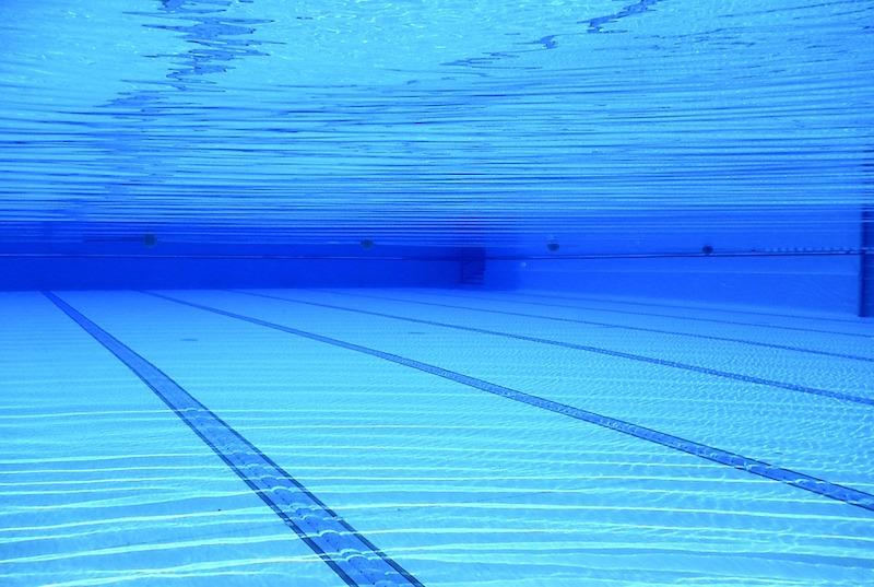 Muore annegato in piscina, indagata la bagnina