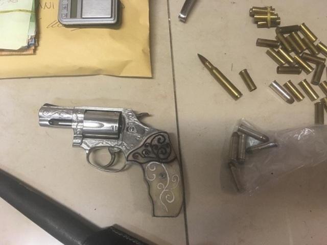 In auto nasconde una pistola, in casa soldi e droga: arrestato 49enne