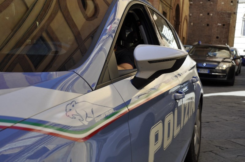 polizia_generica_volante_poliziotto_2019_07_03