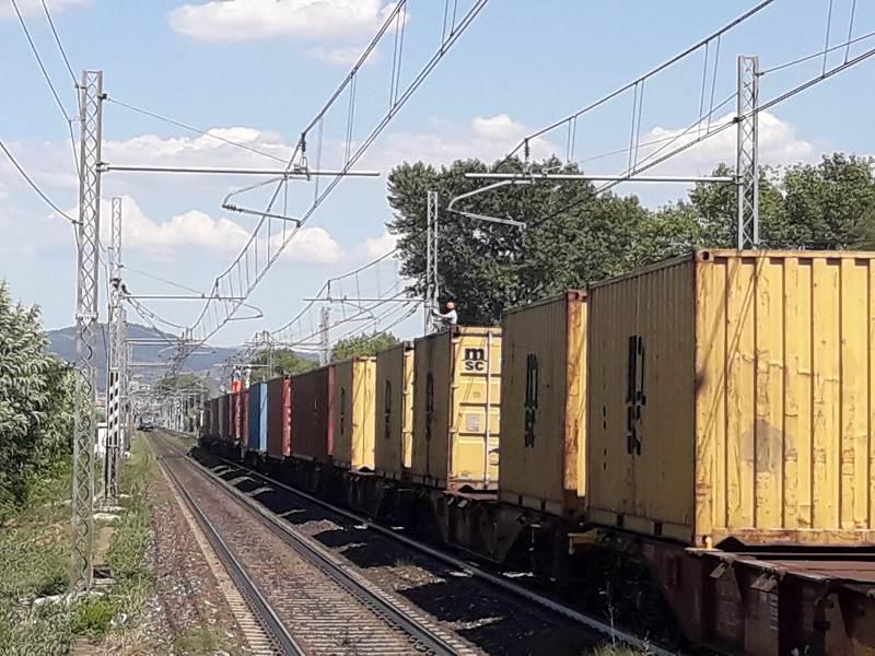 Lavori alla linea aerea dal treno merci (foto da Facebook)