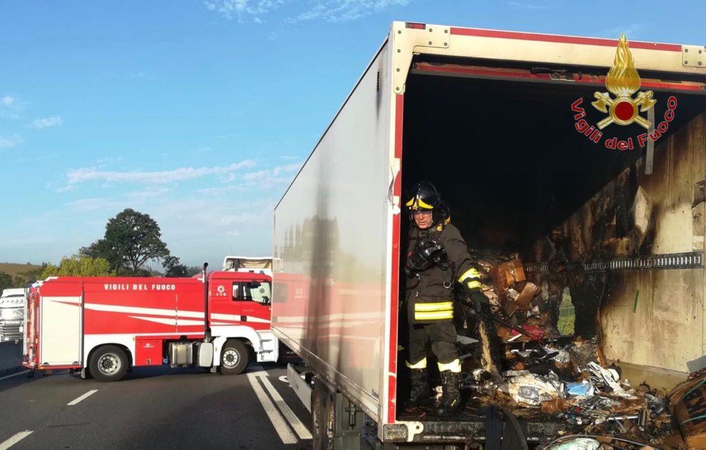 Camion con arredi in fiamme sulla Fi-Pi-Li