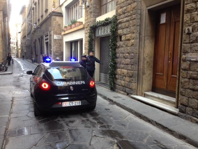 Saccheggia scarpe nei negozi del centro, arrestato 55enne a Firenze