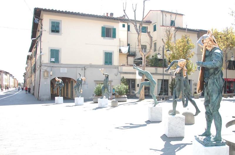 piazza_caduti_cascina_sculture_anna_chromy_2019_08_21