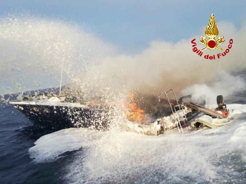 porto ercole incendio barca1