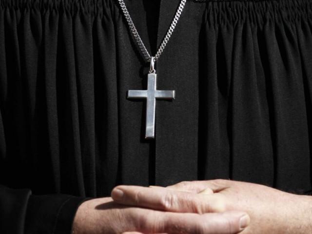 Violenza sessuale su 19enne, prete indagato si autosospende dalla parrocchia