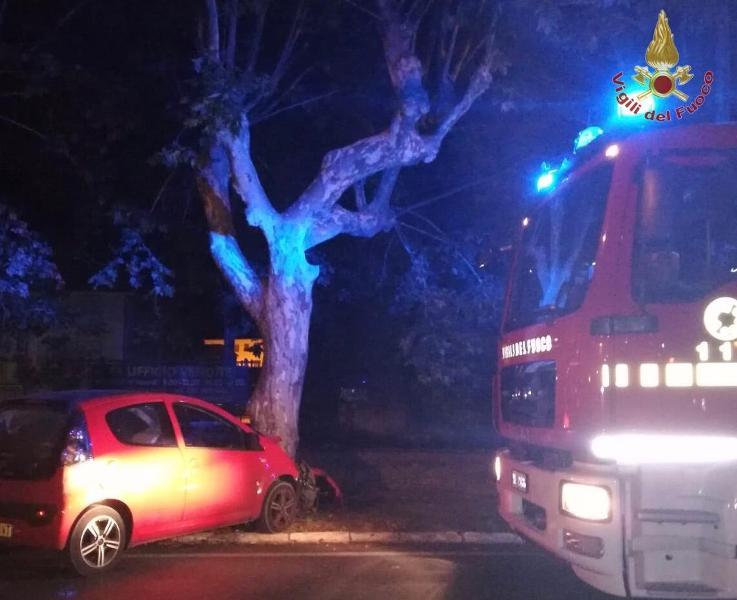 Auto contro albero, schianto nella notte nel Pisano