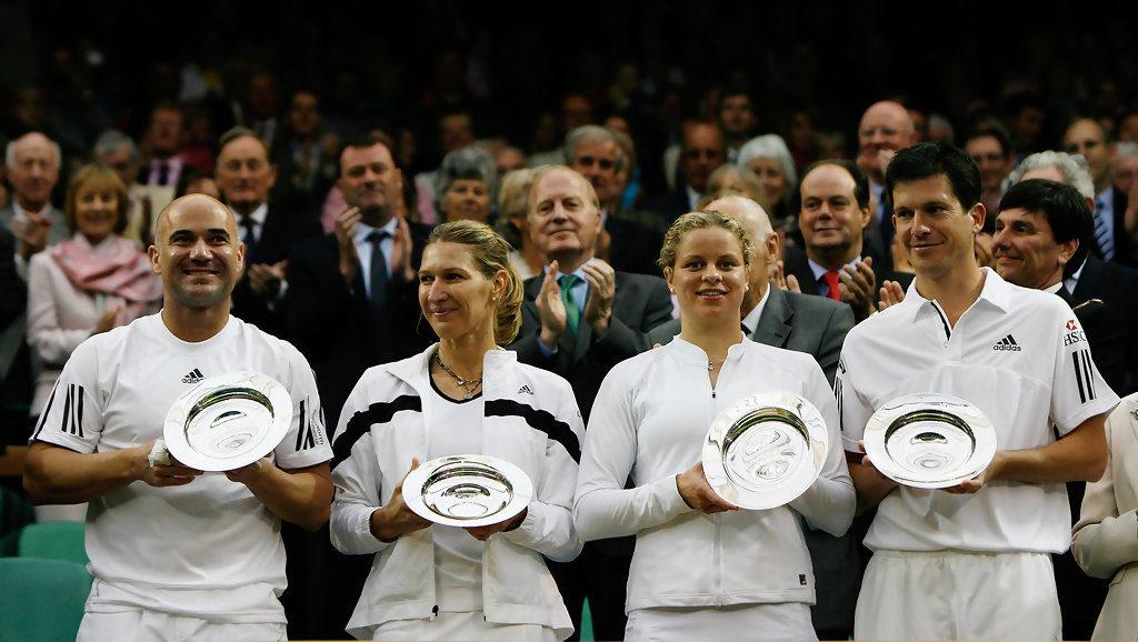 Clijsters con i coniugi Agassi e Tim Henman dopo l'esibizione sul Centrale di Wimbledon
