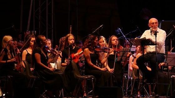 Paolo Rumiz con i musicisti di Esyo