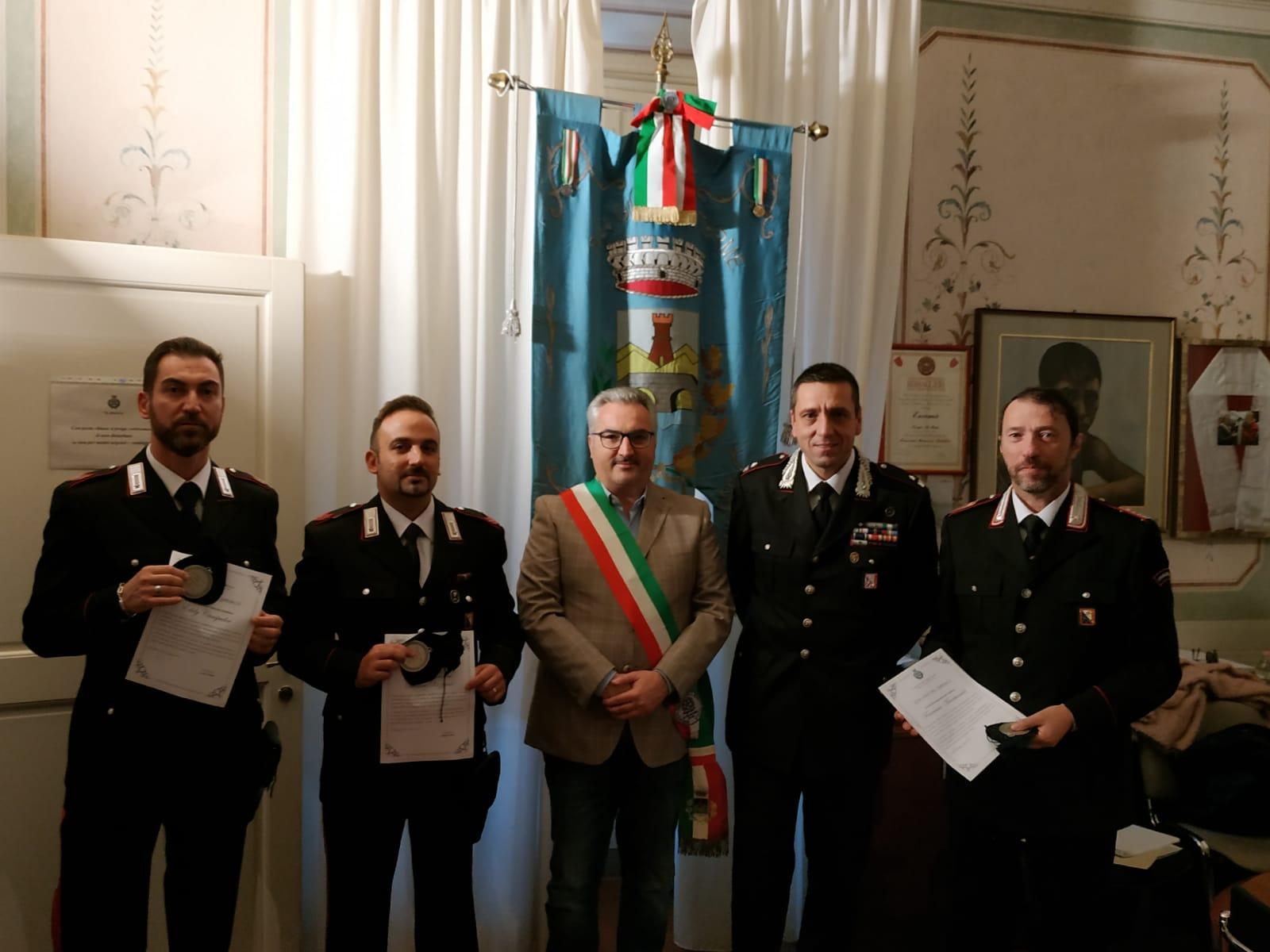 San Giuliano Terme, il sindaco premia tre militari dell'Arma dei Carabinieri - gonews