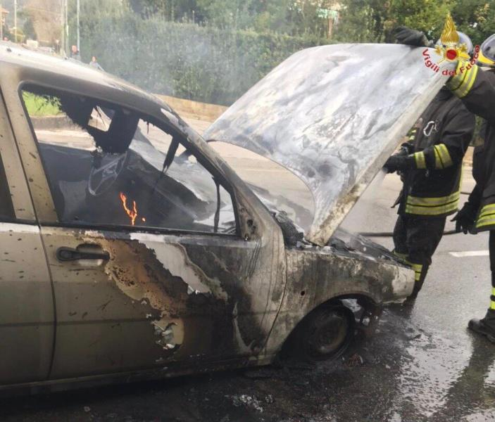 Auto a metano prende fuoco a Cascina, strada chiusa