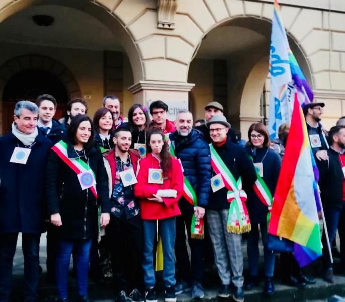 """Sindaci e associazioni in piazza contro l'omofobia, Nardini (Pd): """"Si educhino i giovani al rispetto"""""""