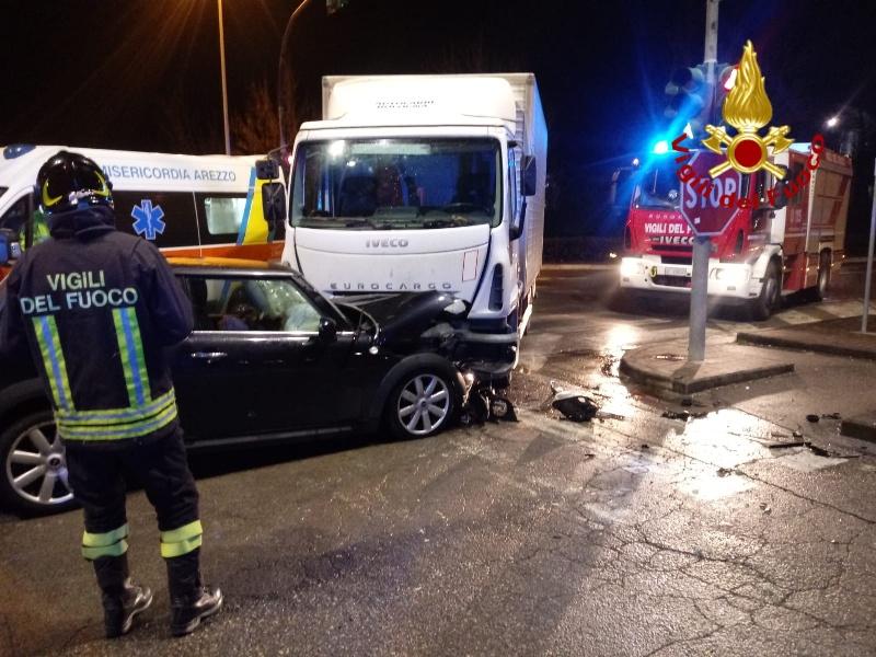 Incidente tra due mezzi a Arezzo, soccorso un ferito