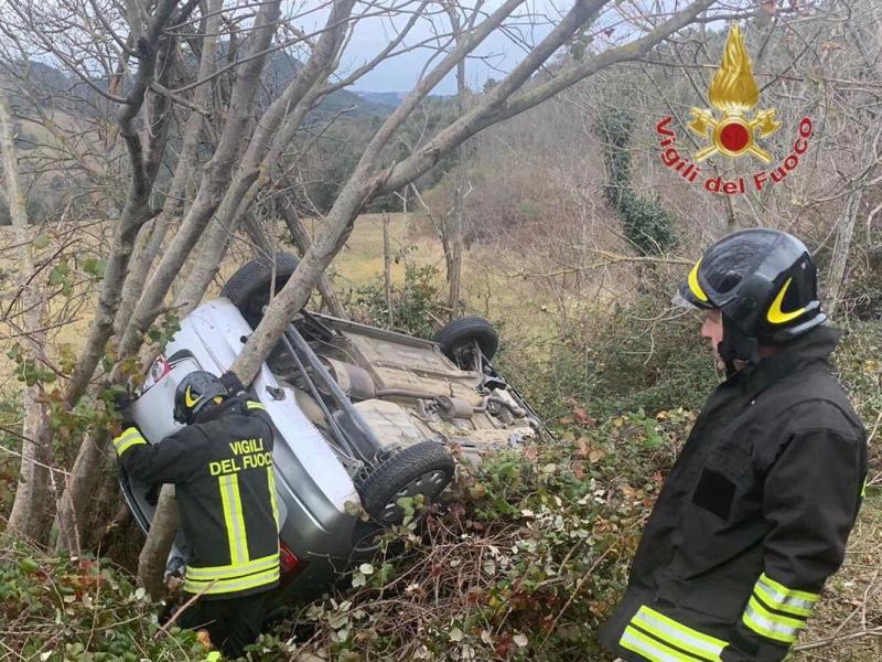 Auto fuori strada si ribalta in Valdicecina, codice giallo