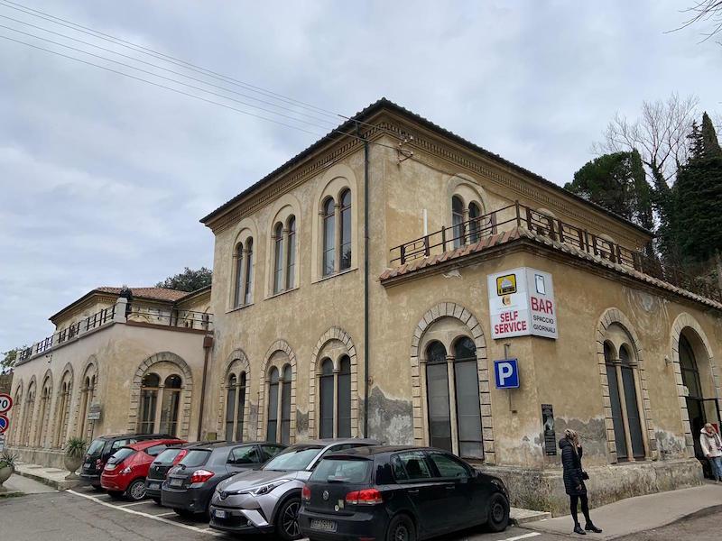 Incatenati davanti al Consiglio regionale per protesta: la decisione per l'Ospedale di Volterra