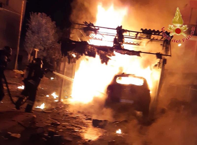 Garage in fiamme a Madonna dell'Acqua: nessuna persona coinvolta