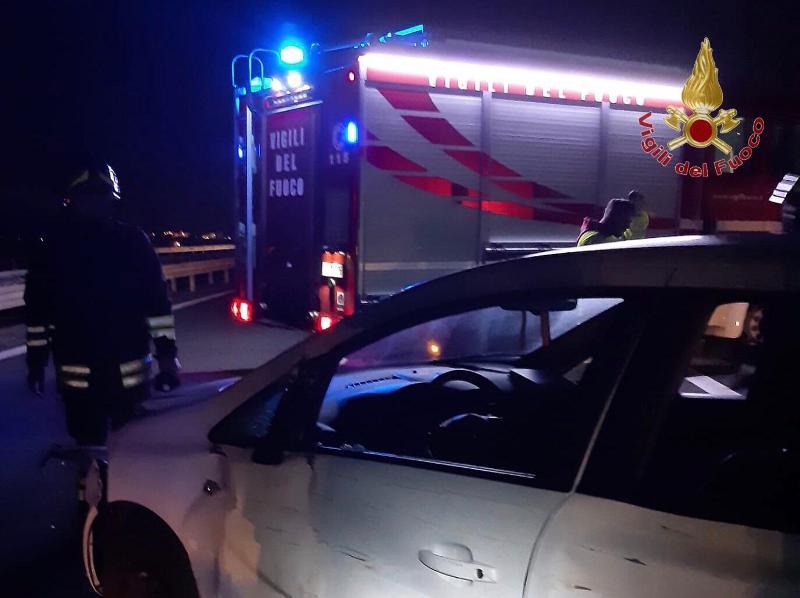 Incidente sull'A12, scontro tra auto e camion: un ferito estratto dai vigili del fuoco