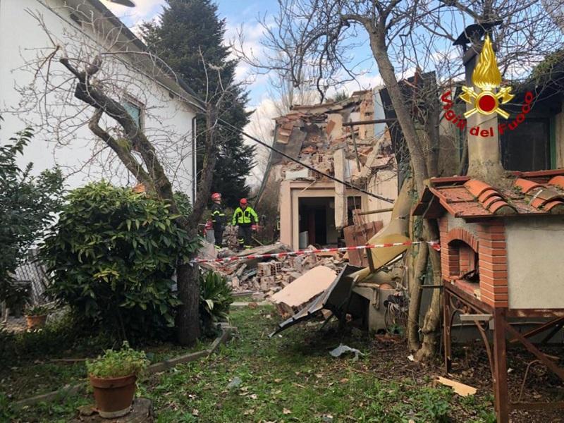 Esplode una villetta a Lucca, forse una fuga di gas. Non ci sono feriti