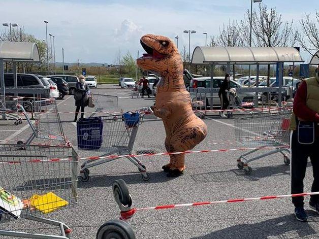 Un dinosauro in fila alla Coop: lo scherzo a Ponticelli