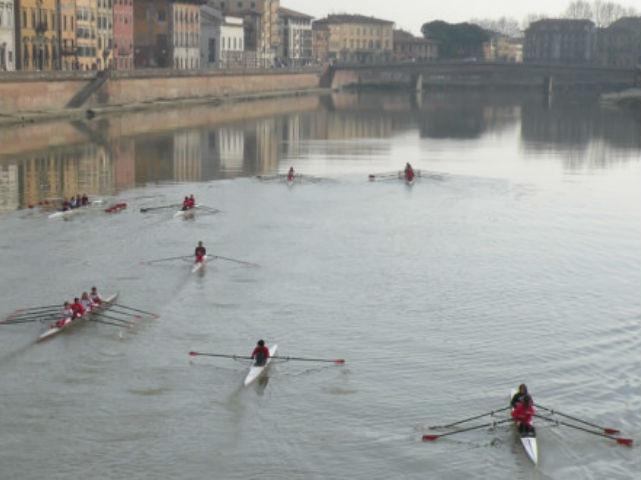 Uomo rischia di annegare in Arno, salvato dai Canottieri Comunali di Firenze