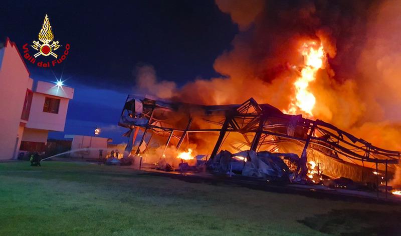Vasto incendio nella notte in una fabbrica di Firenze
