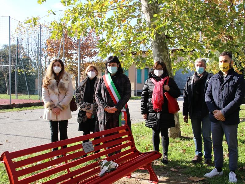25 novembre: una panchina rossa davanti al municipio di Besnate
