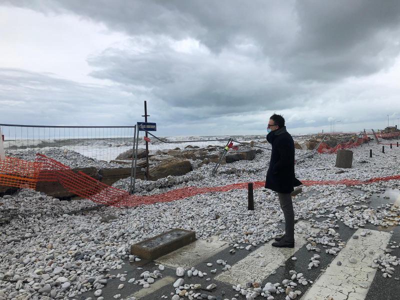 Maltempo, chiuso il lungomare di Marina di Pisa dopo la mareggiata