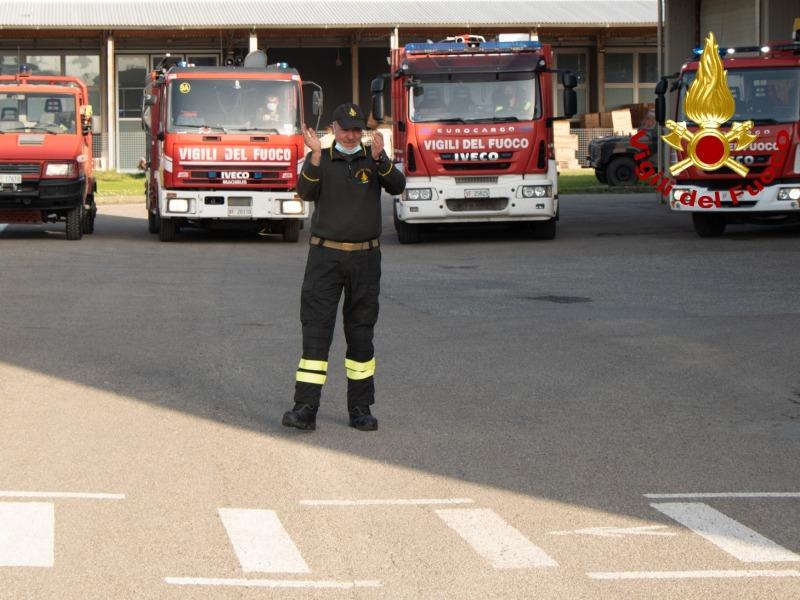 Il vigile del fuoco Alessandro Terreni va in pensione, luci e sirene accompagnano il saluto dei colleghi