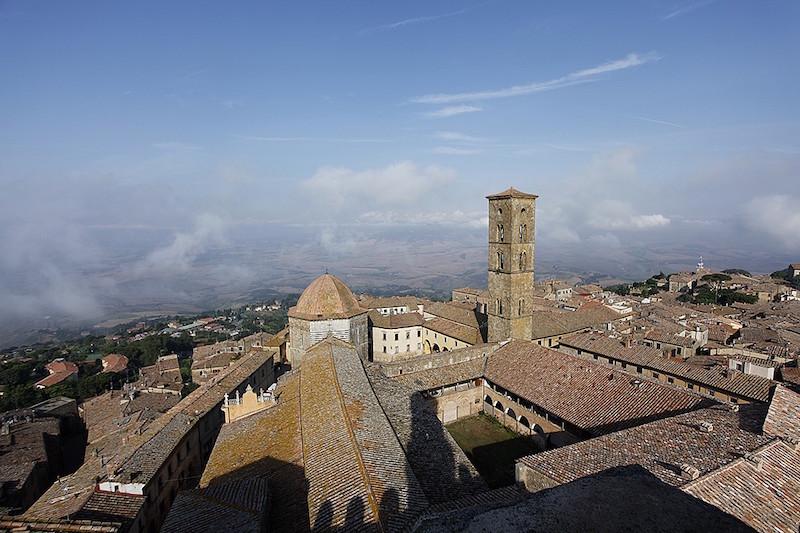 I bus turistici a Volterra entrano gratis: per tutto il 2021 sospeso pagamento del check point